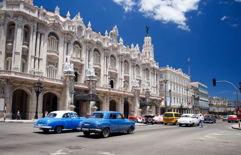 Coches americanos del vintage en la calle principal cerca del Capitoliu en La Habana Cuba-2 imágenes de archivo libres de regalías