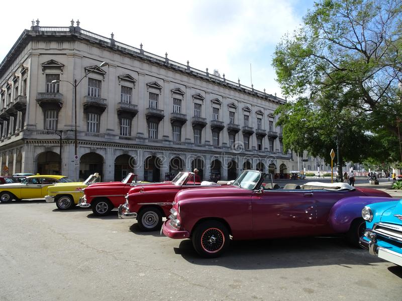 Coches americanos viejos coloridos en La Habana, Cuba fotos de archivo libres de regalías