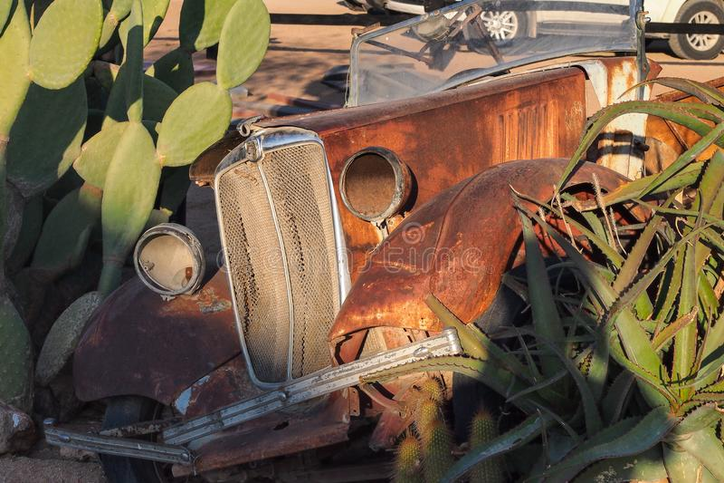 Coches arruinados en el solitario de alrededor del desierto en Namibia fotos de archivo
