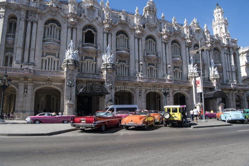 Coches clásicos del vintage colorido en La Habana, Cuba imagen de archivo
