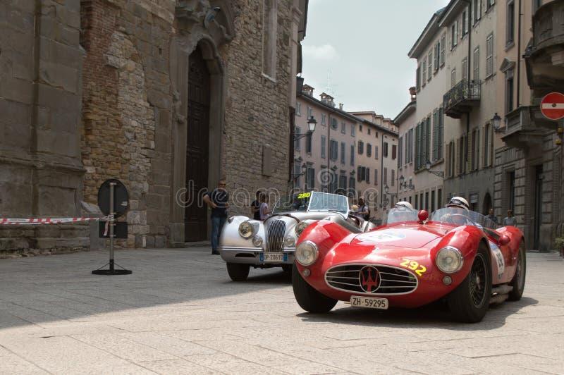 Coches clásicos en Mille Miglia 2016 fotografía de archivo