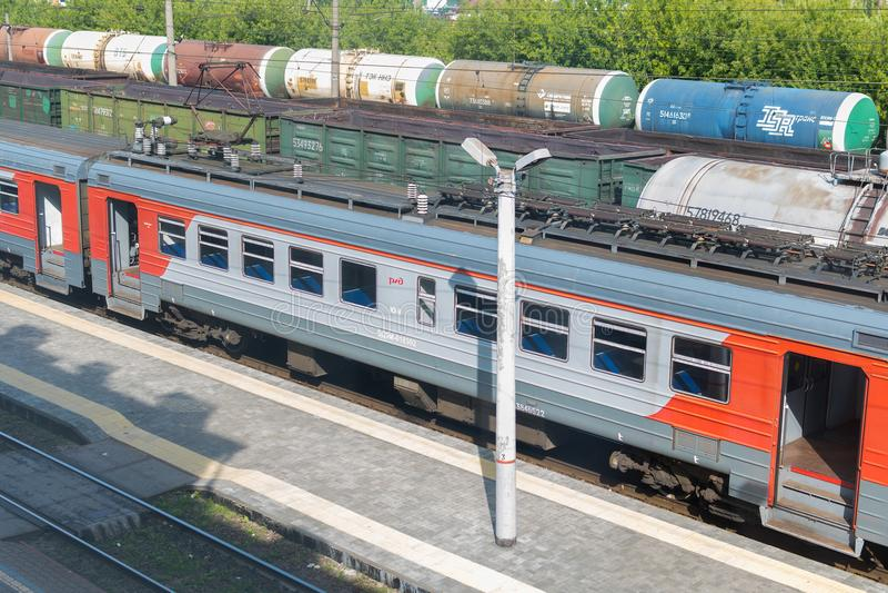 Coches de carga en el ferrocarril imágenes de archivo libres de regalías