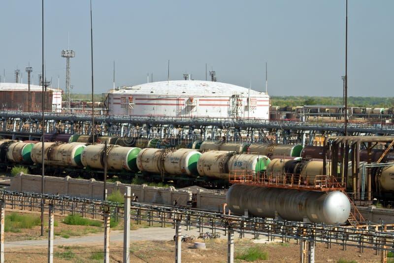 Coches de carril de descarga y cargados de diversos productos petrolíferos en fotografía de archivo