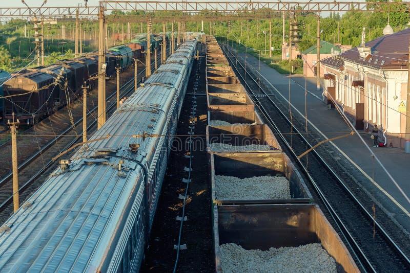 Coches de ferrocarril en la puesta del sol foto de archivo libre de regalías