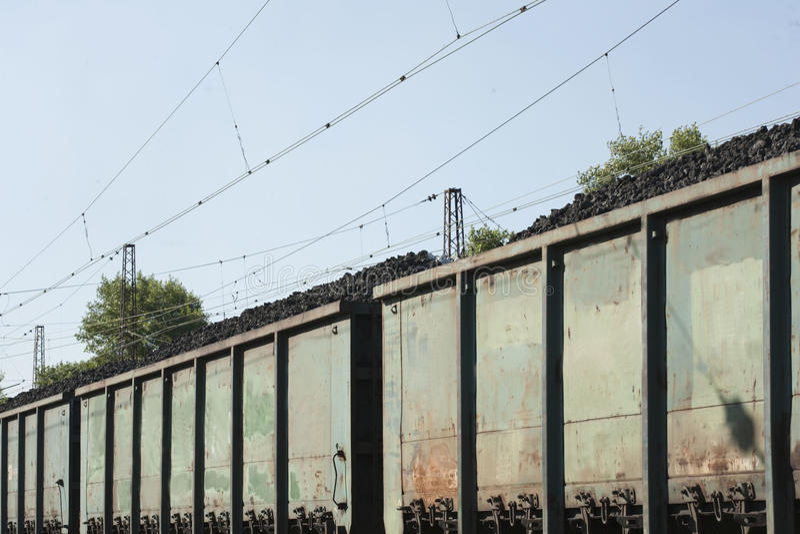 Coches de la tolva del ferrocarril usados para entregar coque a las acerías foto de archivo libre de regalías