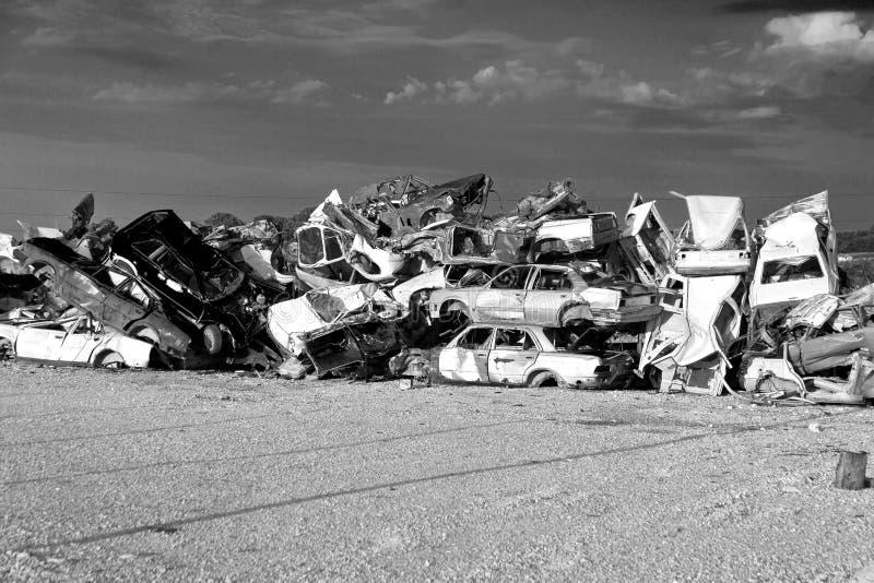 Coches de los desperdicios que esperan el reciclaje en depósito de chatarra imagen de archivo libre de regalías