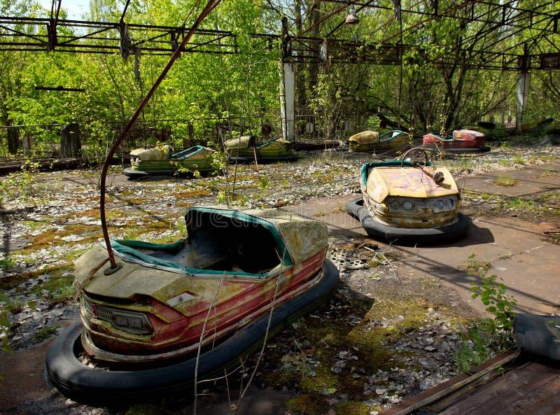 Coches de parachoques en parque de atracciones abandonado en la ciudad de Pripyat foto de archivo libre de regalías