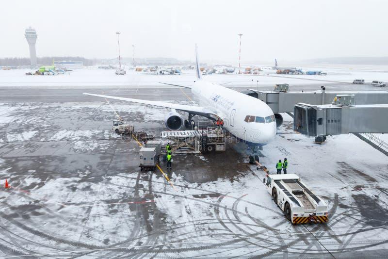 Coches del aeropuerto, del aeroplano, personales y del servicio Nevado imagen de archivo libre de regalías