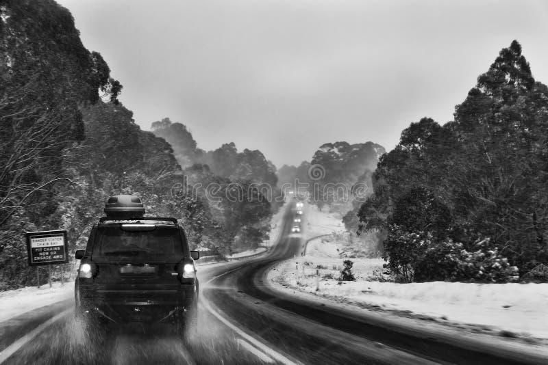 Coches del camino de la tormenta de la nieve del SM Thredbo imagen de archivo