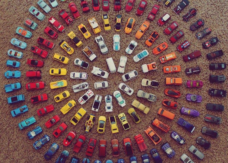 Coches del juguete que hacen un círculo colorido foto de archivo