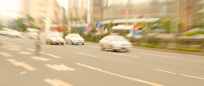 Coches del lanzamiento del enfoque a conducir en las calles de la ciudad fotos de archivo libres de regalías
