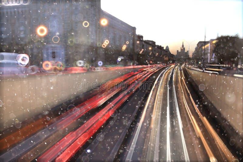 Coches del tráfico en el camino foto de archivo