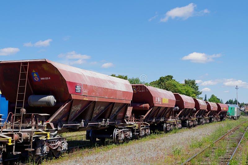Coches del transporte de mercancías por ferrocarril en los carriles de la SNCF nacional francesa de la compañía imágenes de archivo libres de regalías
