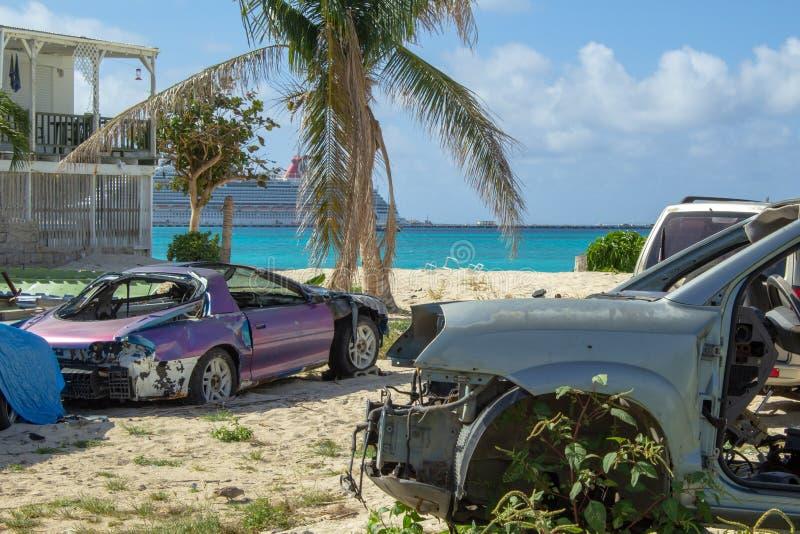 Coches desechados en la playa después del huracán foto de archivo libre de regalías