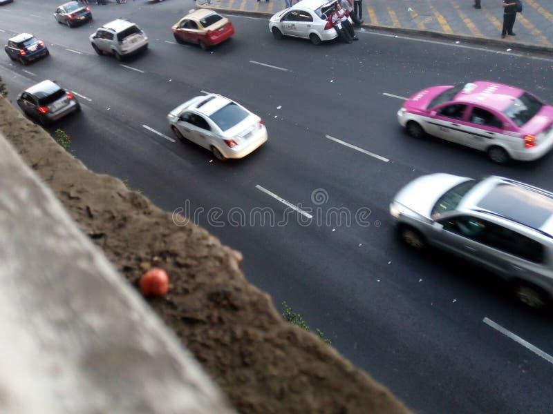 Coches en avenida en Ciudad de México imagen de archivo