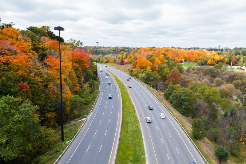 Coches en Don Valley Highway imágenes de archivo libres de regalías