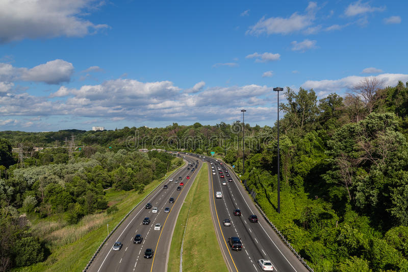 Coches en Don Valley Parkway en Toronto imagen de archivo