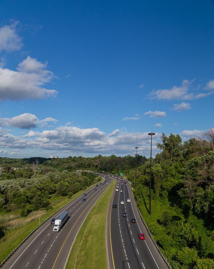 Coches en Don Valley Parkway en Toronto foto de archivo libre de regalías
