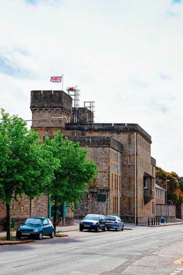 Coches en el camino en el castillo de Cardiff con las banderas en Reino Unido imagenes de archivo