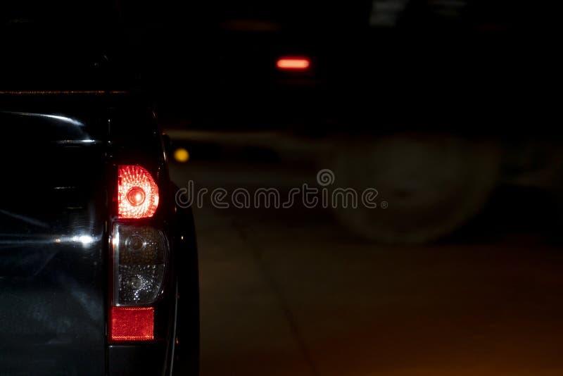 Coches en el camino en la noche imagenes de archivo