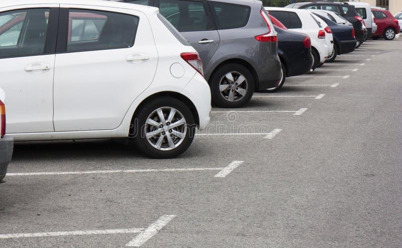 Coches en el estacionamiento en fila foto de archivo libre de regalías