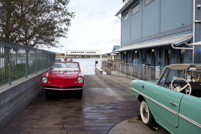 Coches en el lanzamiento amphicar del barco fotos de archivo