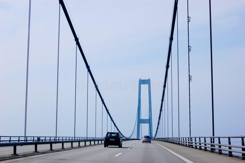 Coches en el puente de suspensión fotografía de archivo