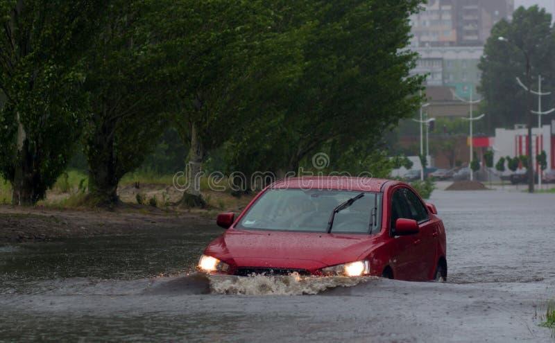 Coches en fuertes lluvias foto de archivo