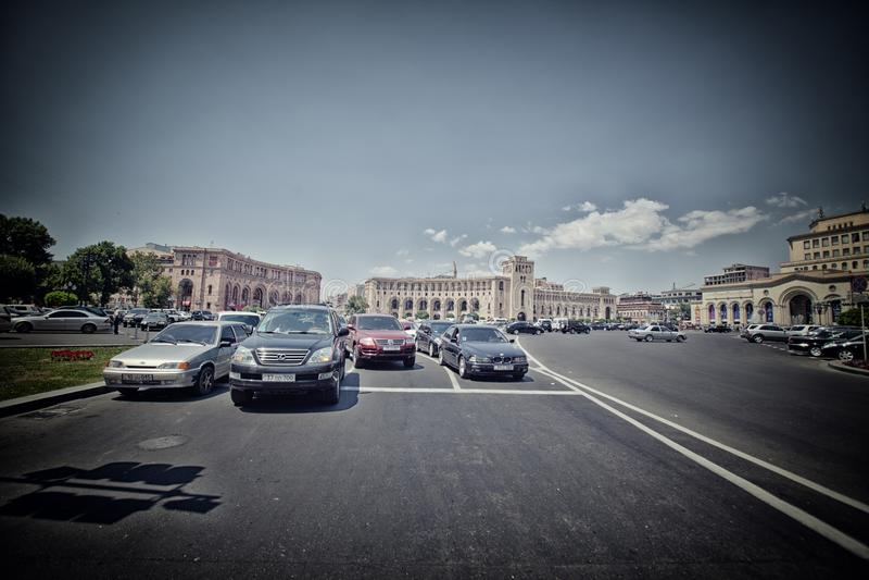Coches en la ciudad de Ereván, viaje, turismo, arquitectura, vieja, gente, capital, edificio, calle, Asia, el Cáucaso, destino foto de archivo