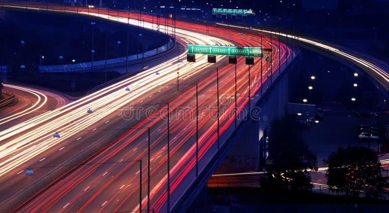 Coches en la noche con la falta de definición de movimiento imágenes de archivo libres de regalías