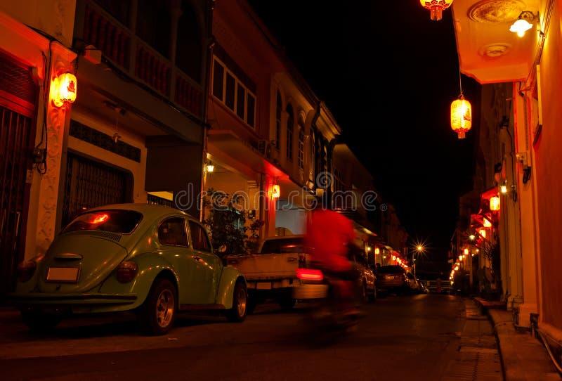 Coches en las calles de Phuket, Tailandia en la noche fotografía de archivo libre de regalías