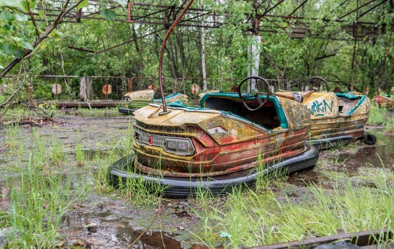 Coches oxidados en el patio abandonado del parque de Pripyat fotografía de archivo