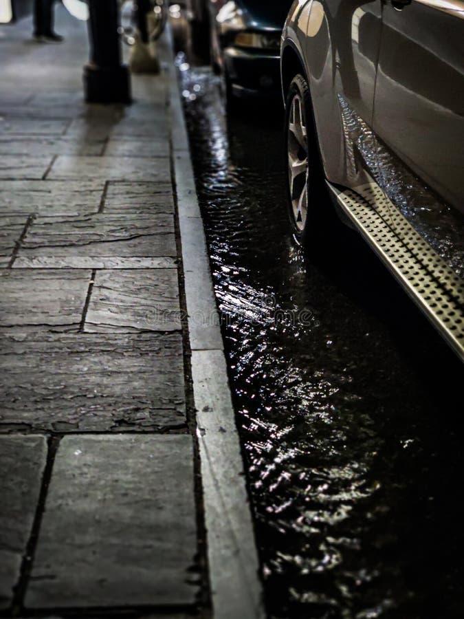 Coches parqueados en calle inundada fotografía de archivo libre de regalías