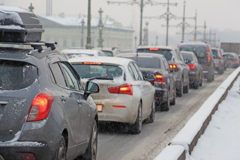 Coches pegados en tráfico durante las nevadas imagen de archivo