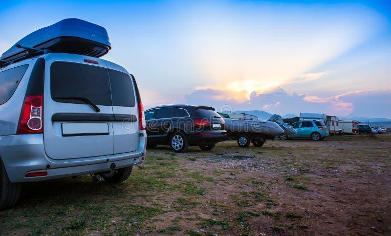 Coches que acampan en la playa fotografía de archivo