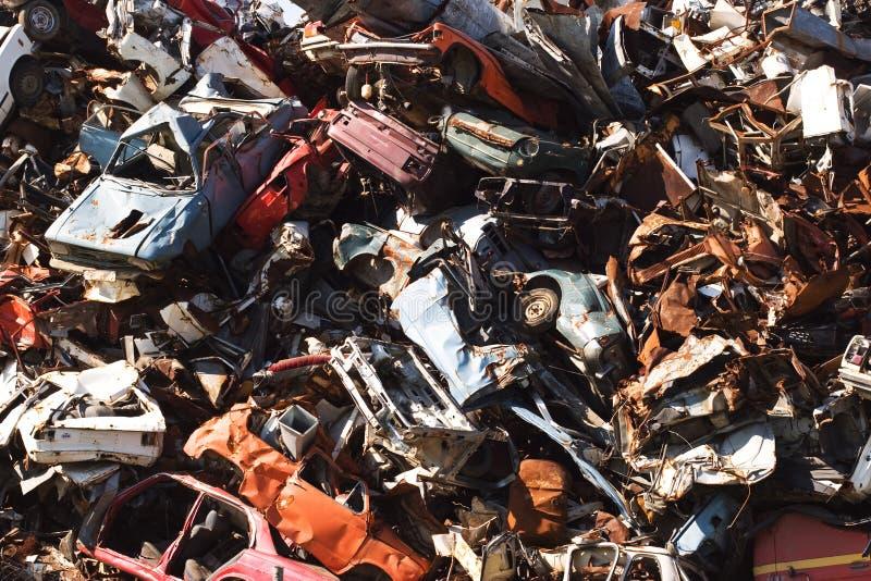 Coches que aherrumbran viejos en una yarda de desperdicios fotos de archivo libres de regalías