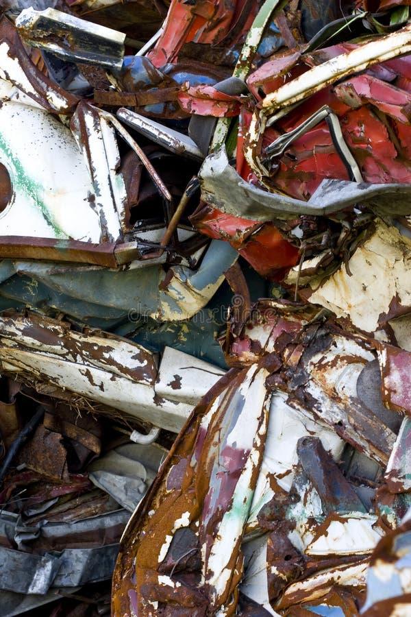 Coches que aherrumbran viejos en una yarda de desperdicios imagen de archivo