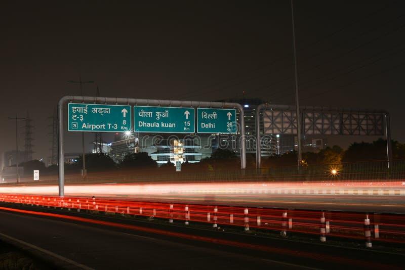 Coches que apresuran en la infraestructura viaria moderna en Gurgaon, Delhi, la India Exposición larga artística tirada en la noc imagen de archivo