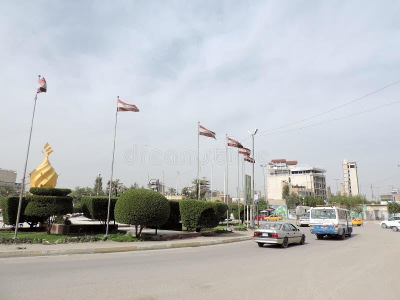 Coches que corren en las calles de Kerbala, Iraq fotos de archivo