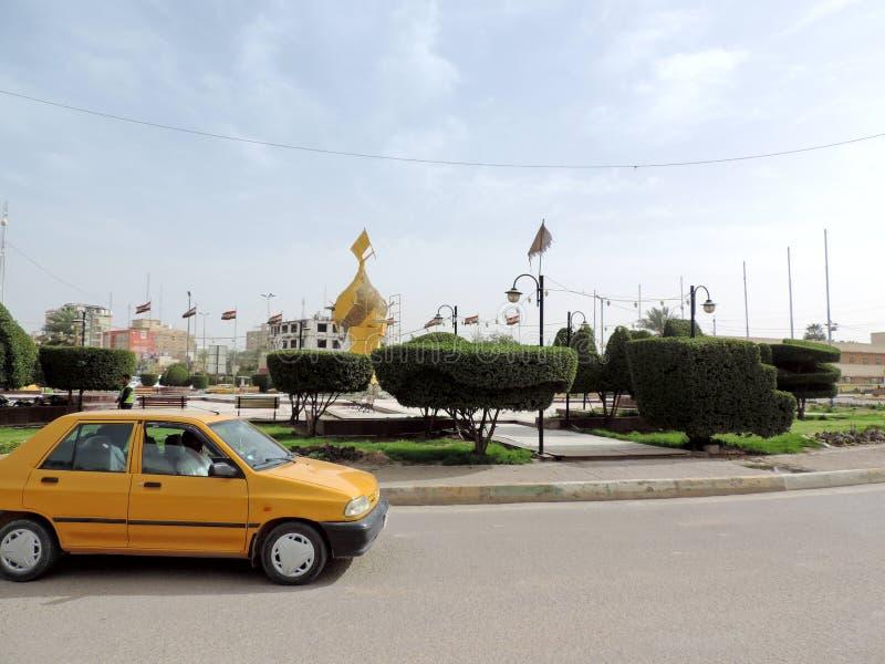 Coches que corren en las calles de Kerbala, Iraq imagenes de archivo