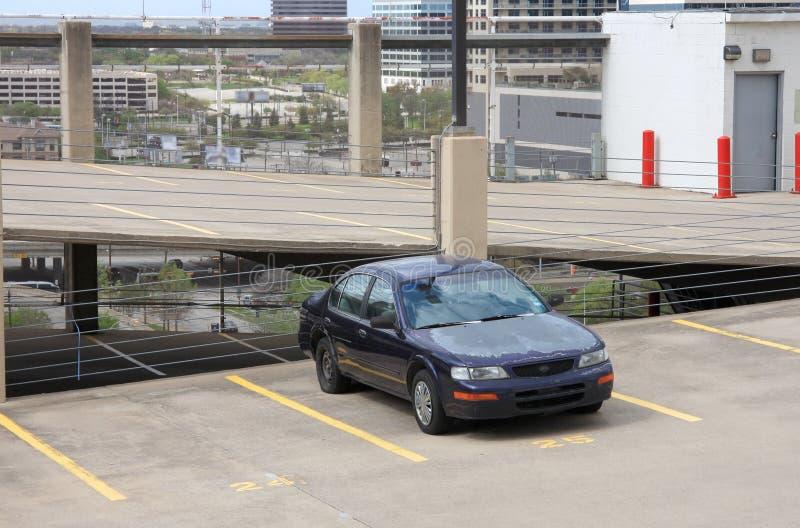Coches que estacionan en la tapa del garage fotos de archivo libres de regalías