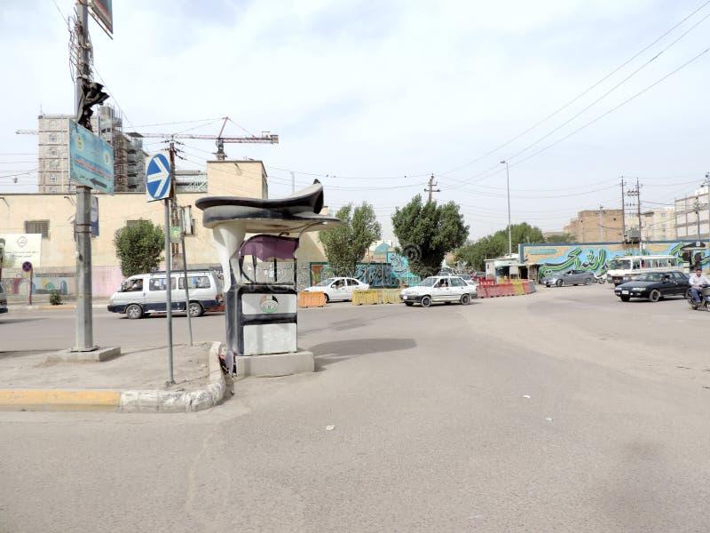 Coches que mueven encendido las calles de Nayaf, Iraq fotografía de archivo libre de regalías