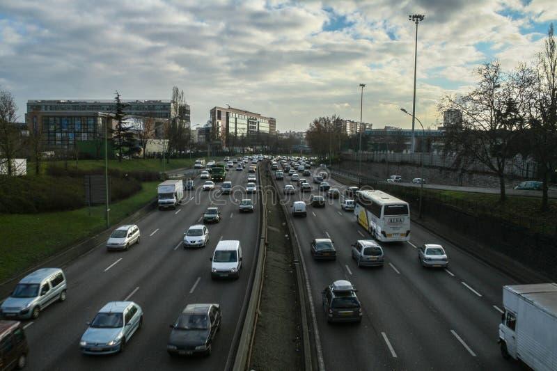 Coches que pasan cerca en la carretera de circunvalación de Peripherique del bulevar de París durante hora punta Es una de las au fotos de archivo