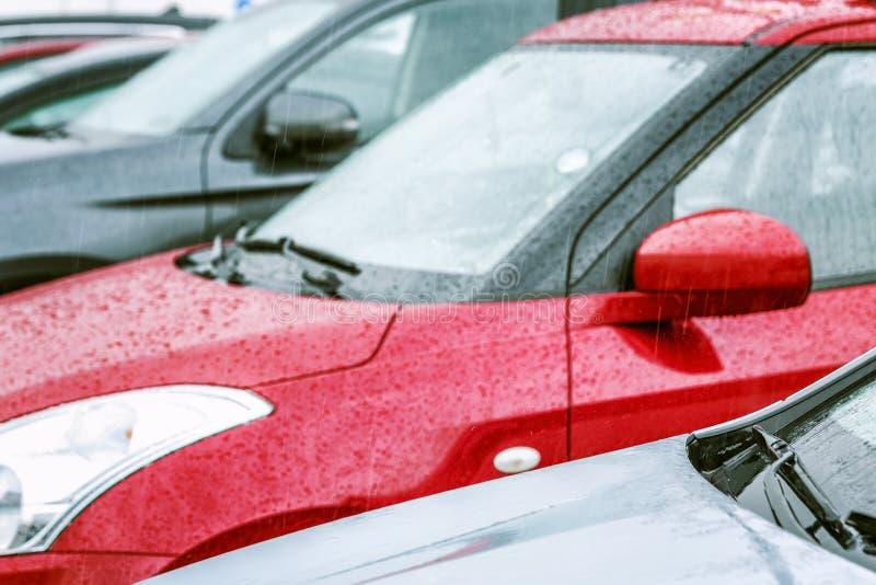 Coches que se colocan en fila en el estacionamiento Primer imagenes de archivo