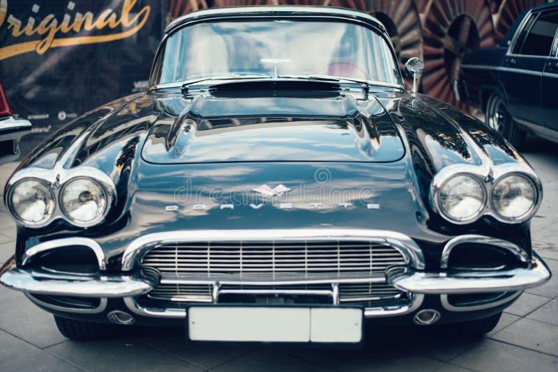 Coches retros azules de Chevrolet Corvette de la muestra vieja fotos de archivo libres de regalías