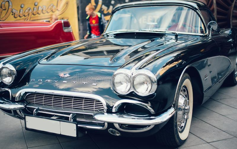 Coches retros azules de Chevrolet Corvette de la muestra vieja imagenes de archivo
