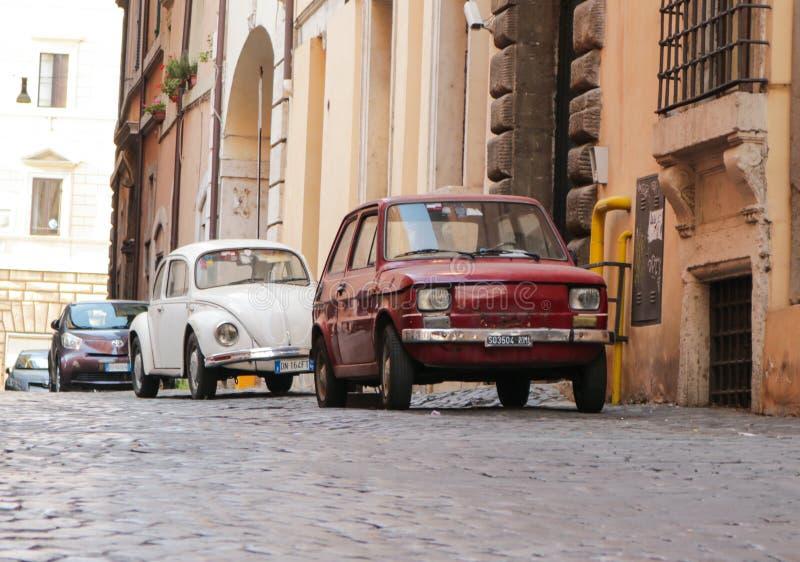 Coches retros en las calles de Roma imagenes de archivo