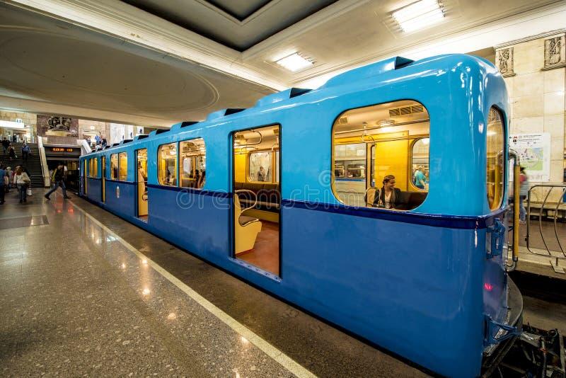 Coches viejos del metro en Moscú en la exposición retra imagenes de archivo