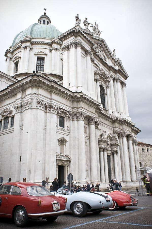 Coches viejos en el cuadrado de Pablo VI en Brescia imagenes de archivo