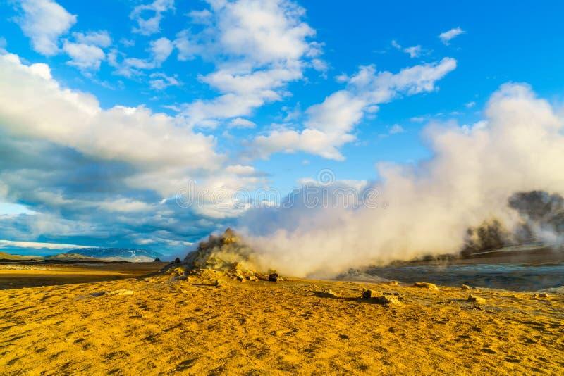 Cocido al vapor de fumarolas al vapor en el área geotérmica de Hverir fotos de archivo libres de regalías
